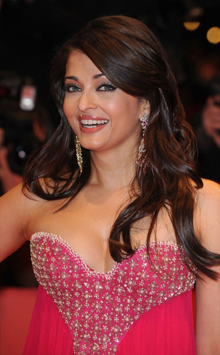 aishwarya rai pink hot 2011 Top 10 Bollywood Hot Female Actresses For 2011