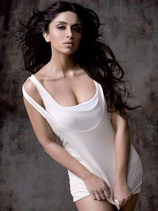 Zoa Morani1 Top 10 Hottest Female Debuts In Bollywood 2011