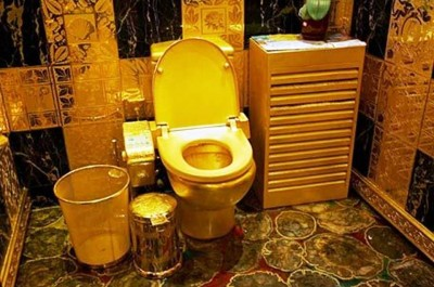4. The Golden Toilet e1332153068838 10 Most Bizarre Toilets The World Have Ever Seen