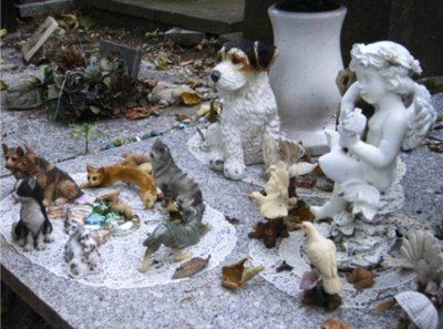 10. Cimetiere des Chiens e1351245797131 Top 10 Most Bizarre Cemeteries in the World