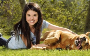 Selena-Gomez-playing-with-Dog-Wallpaper