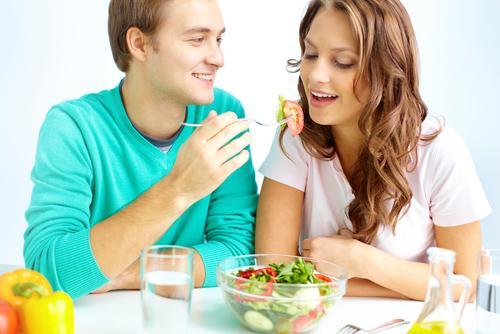 man-feeding-woman-vegetable-salad_0