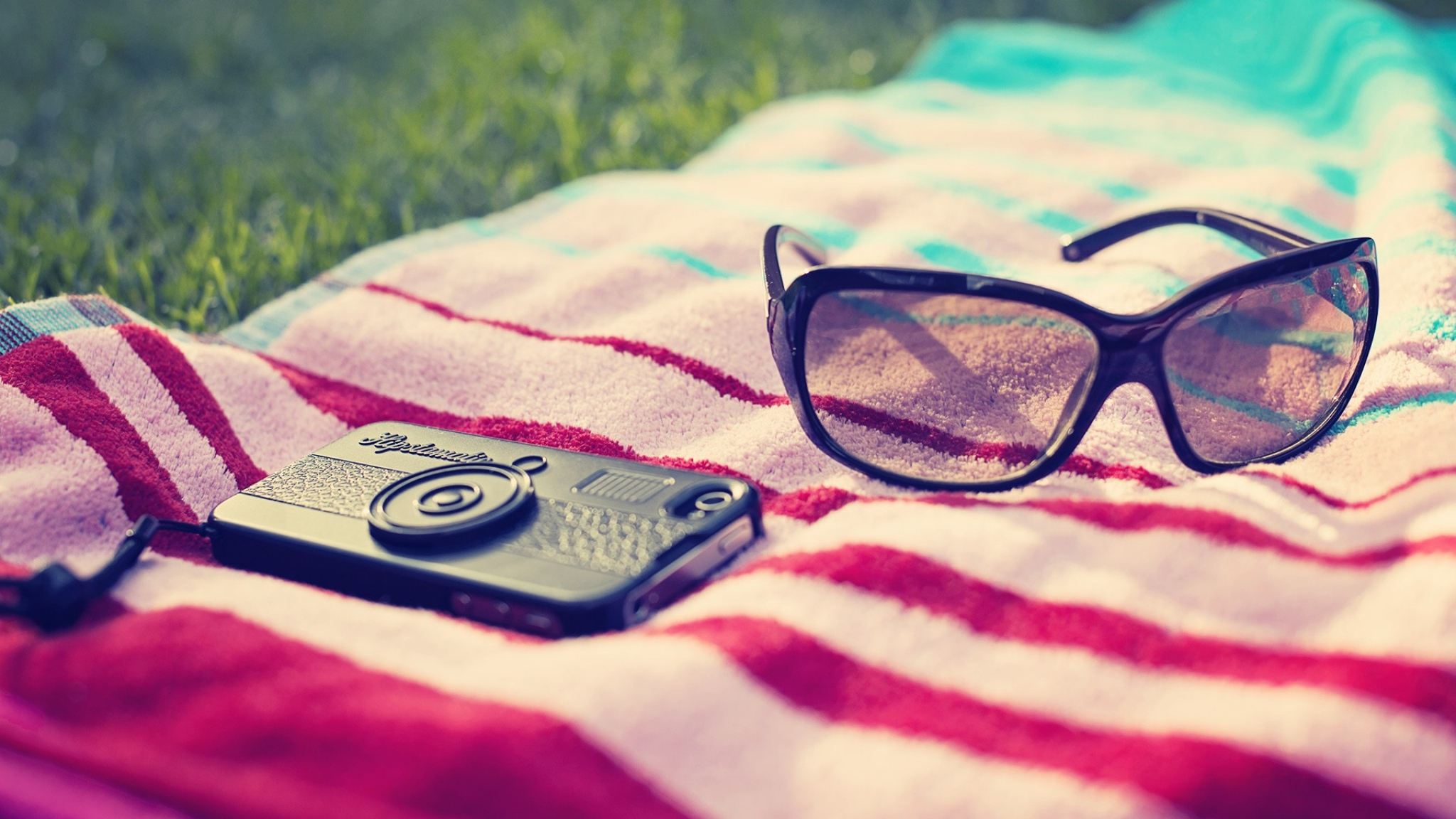 phone_glasses_towels_summer_beach_49262_2048x1152